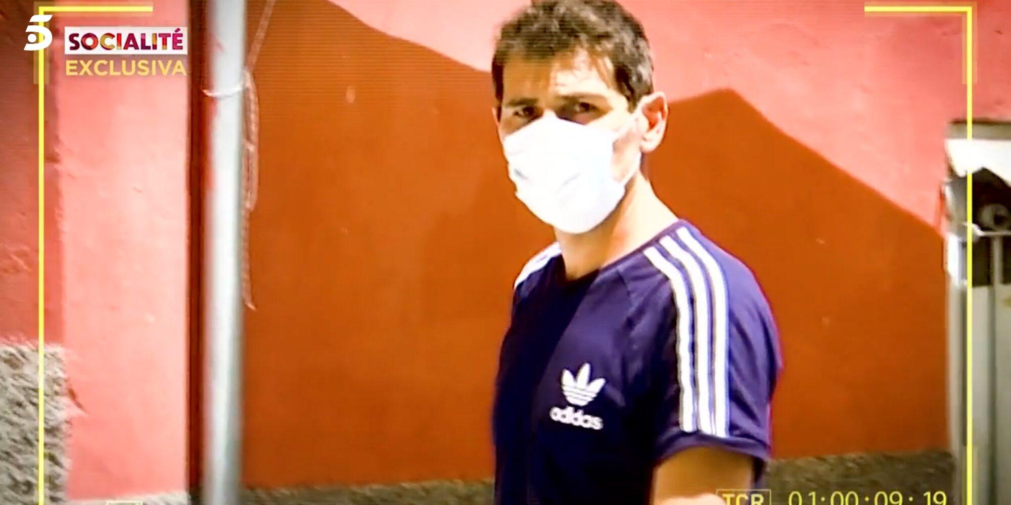 """El equipo de 'Socialité' vive un tenso momento con Iker Casillas en su pueblo: """"Déjame tranquilo"""""""