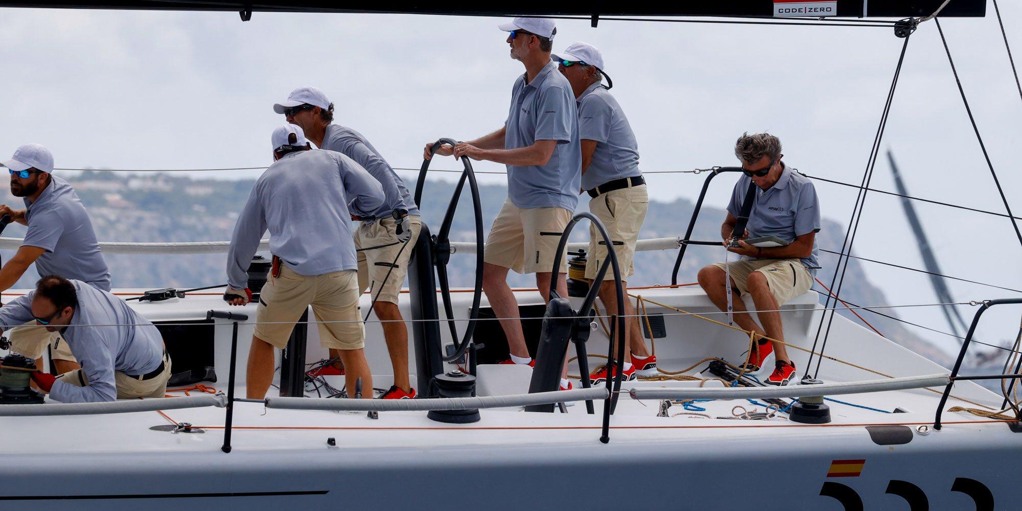 El Rey Felipe, al timón del Aifos en el primer día de regatas de la Copa del Rey de Vela 2021