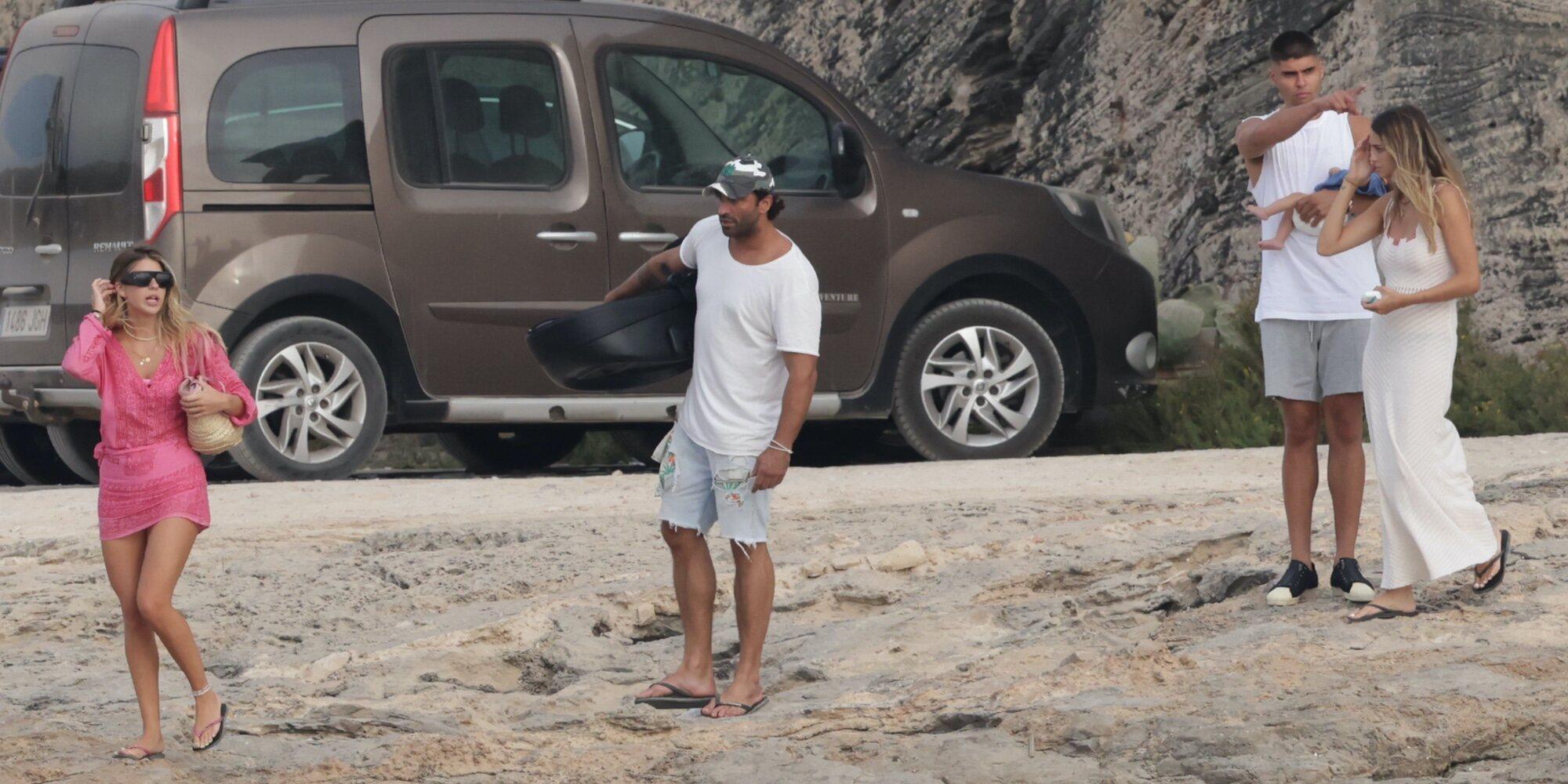 Javier Tudela y Marina Romero se llevan a su bebé a Ibiza con Makoke y Anita Matamoros