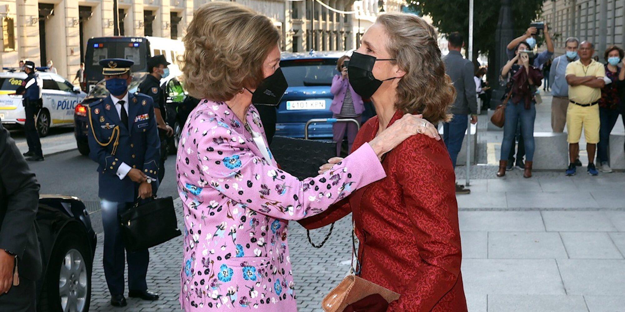 El cariñoso reencuentro oficial de la Reina Sofía y la Infanta Elena en presencia de Raphael