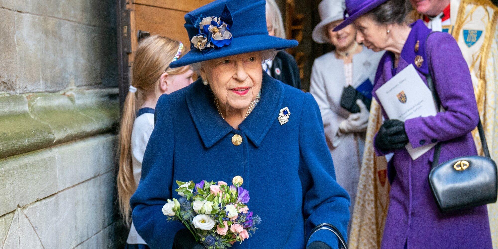 La Reina Isabel se apoya en un bastón en un acto en la Abadía de Westminster con la Princesa Ana