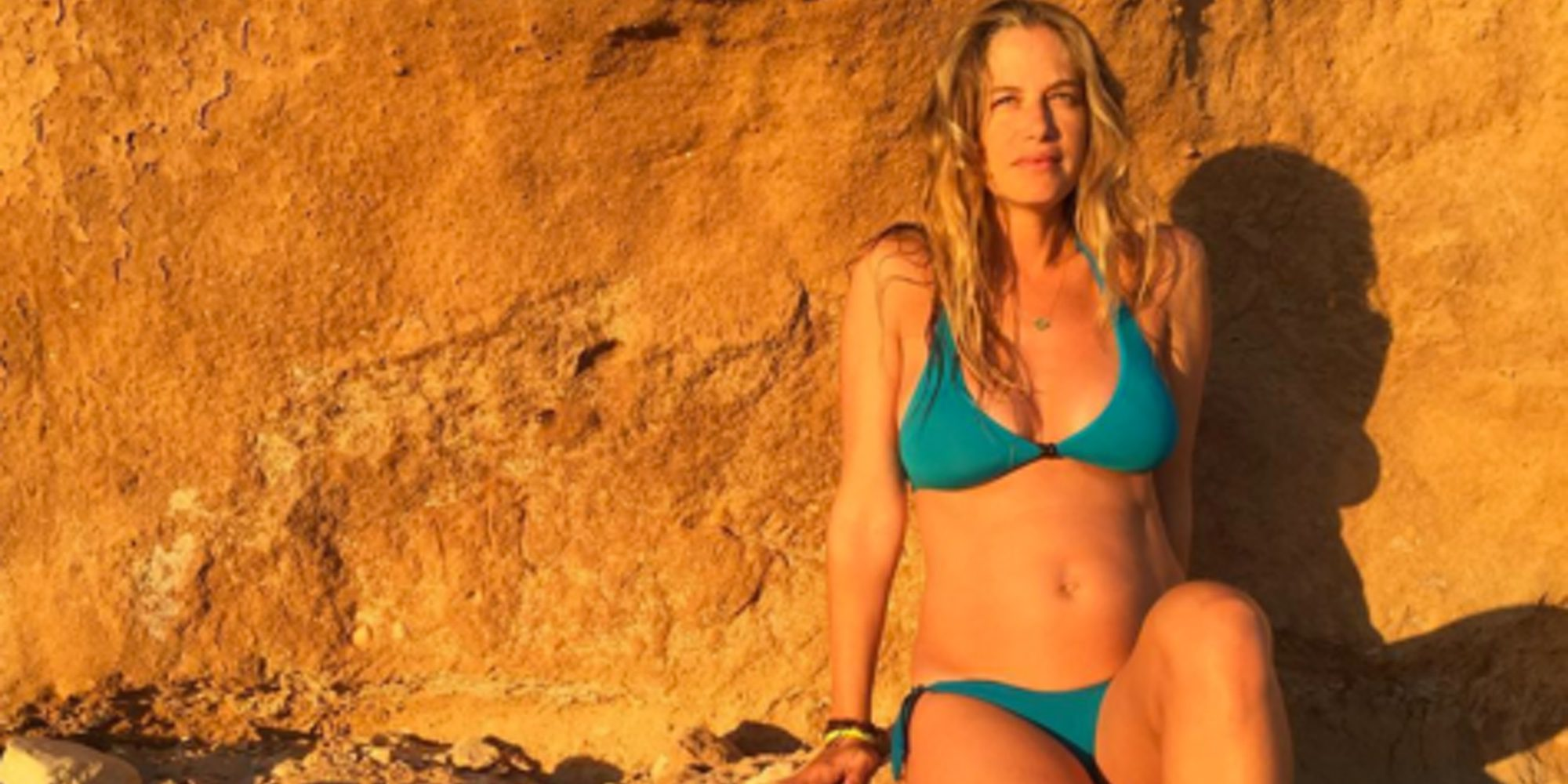 Martina Klein luce embarazo posando en bikini