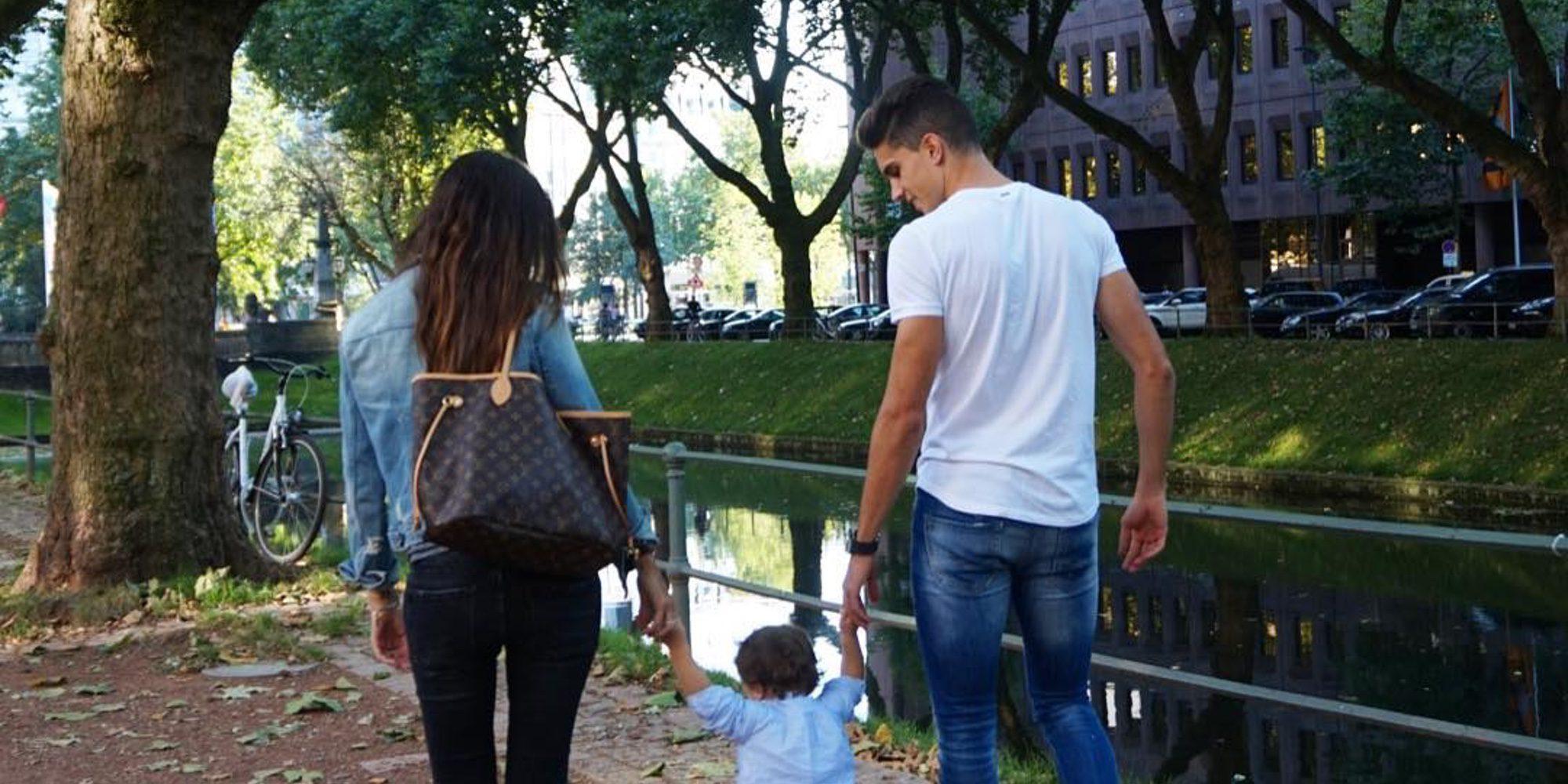 Gala Bartra da sus primeros pasos junto a sus padres Marc Bartra y Melissa Jiménez