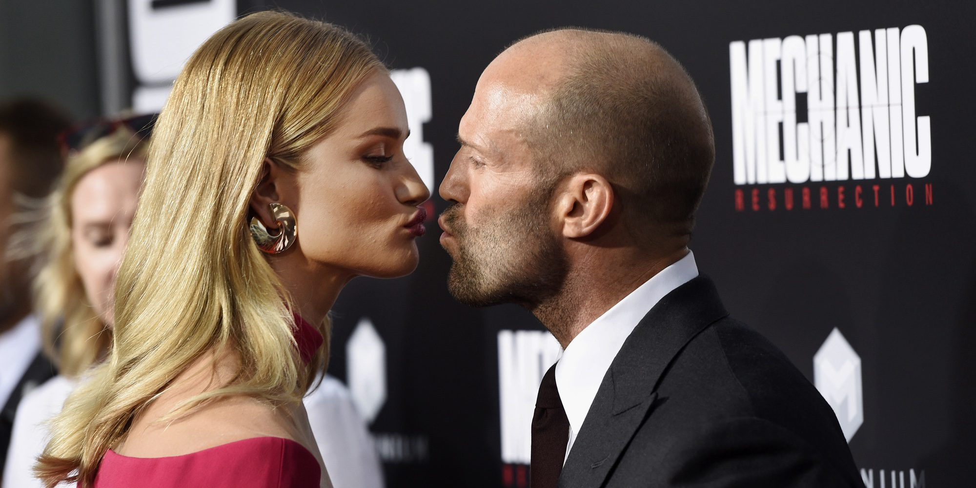Jason Statham y Rosie Huntington-Whiteley pasean su amor por la alfombra roja de 'Mechanic: Resurrection'