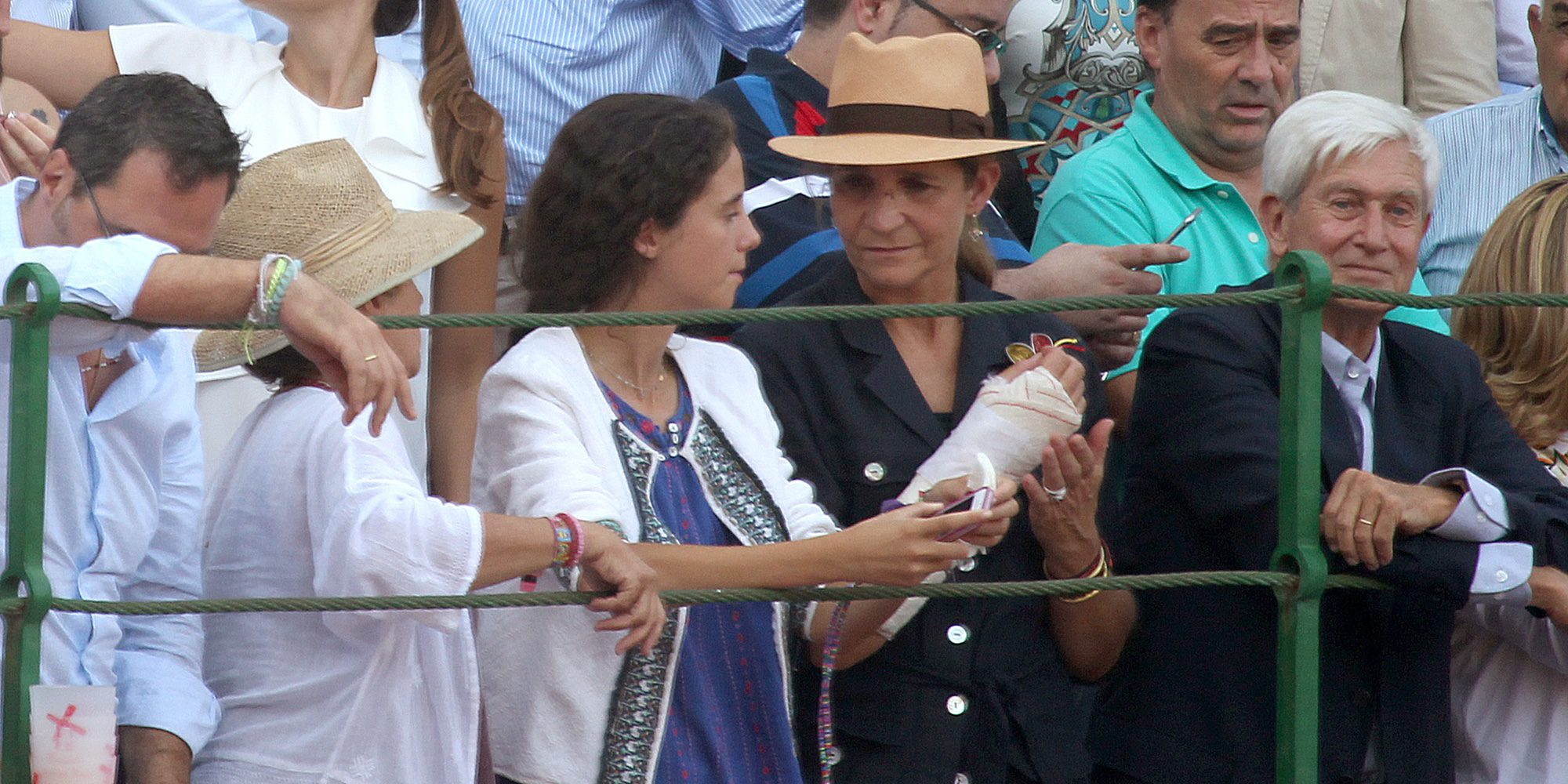 La Infanta Elena reaparece en los toros junto a su hija Victoria Federica tras su operación de muñeca
