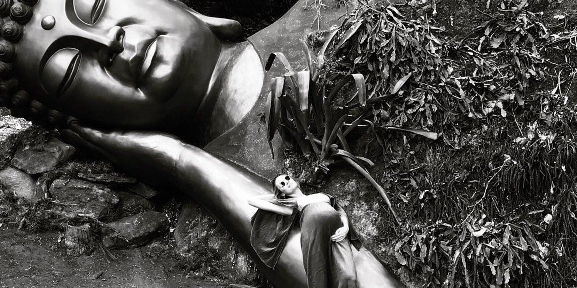 Candice Swanepoel luce su avanzado embarazo buscando la paz junto a Buda