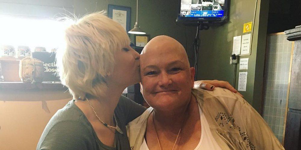 """Paris Jackson apoya a su madre Debbie Rowe en su lucha contra el cáncer: """"Te quiero mamá"""""""