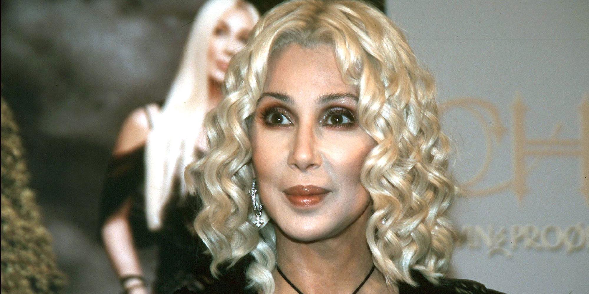 Cher comparte escenario con James Corden en su actuación de 'I got you bae'
