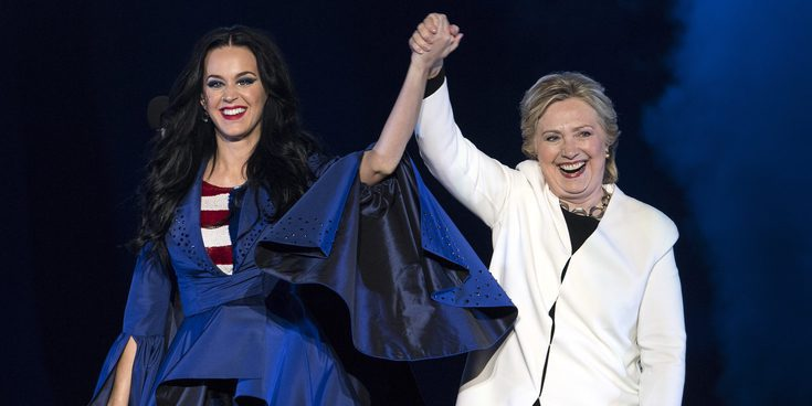 """Katy Perry pide el voto para Hillary Clinton con una capa muy significativa: """"Estoy con la señora Presidenta"""""""