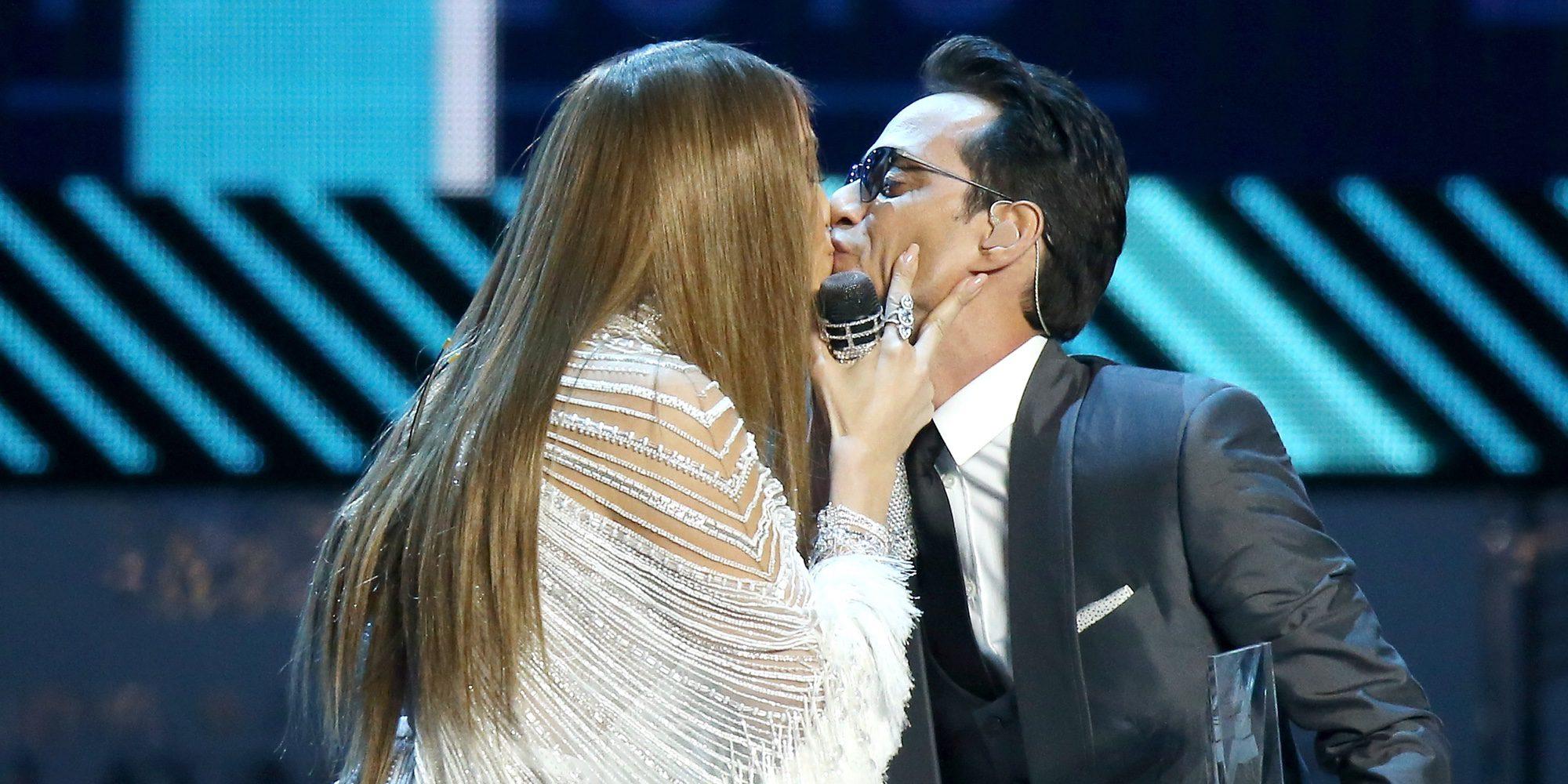 Jennifer Lopez y Marc Anthony se funden en un beso tras cantar por Pimpinela en los Grammy Latinos 2016