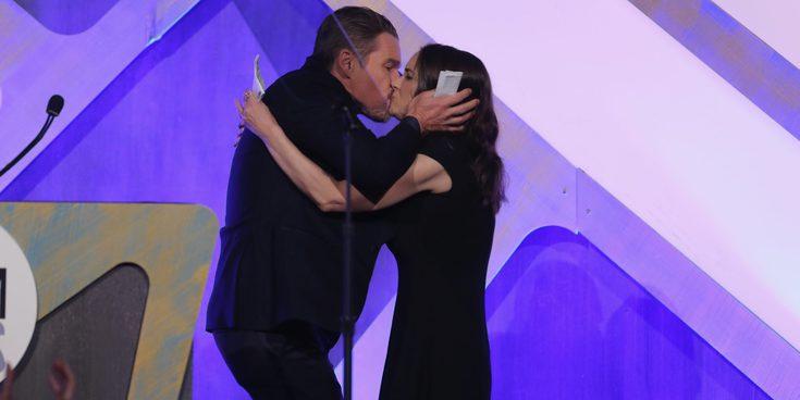 El beso entre Winona Ryder y Ethan Hawke en los Premios Gotham 2016