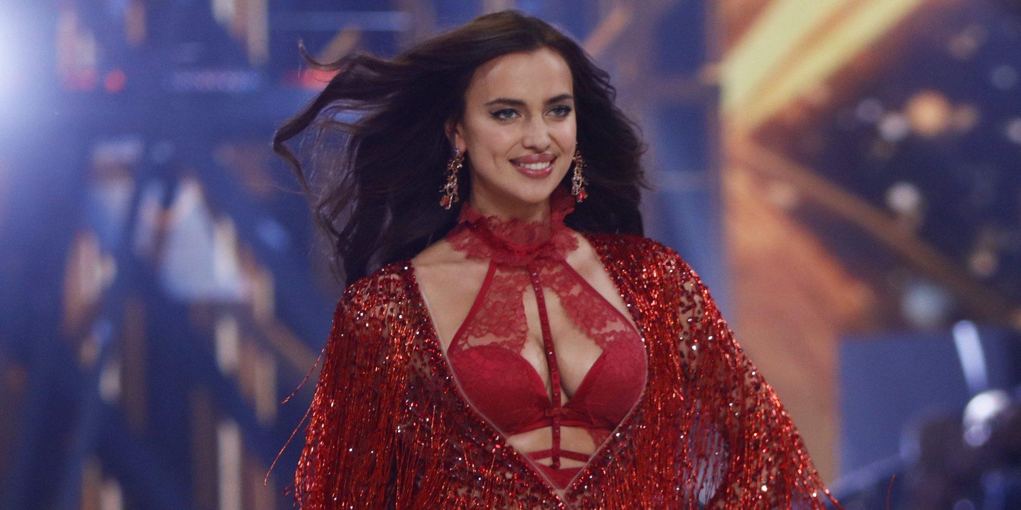 Irina Shayk confirma su embarazo desfilando en el Victoria's Secret Fashion Show en París