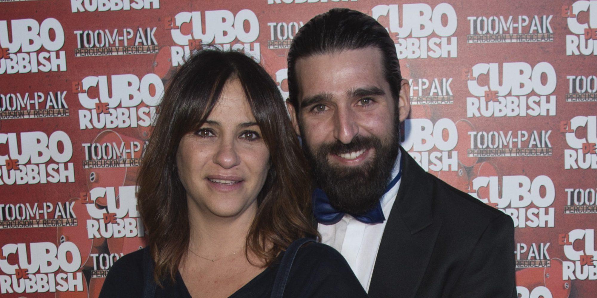 Melani Olivares presume de marido y embarazo en el estreno de 'El cubo de Rubbish'