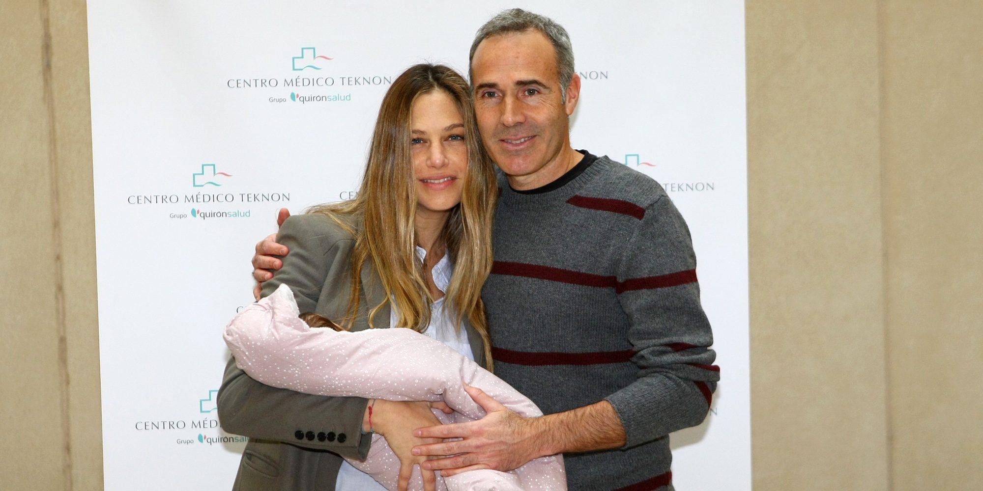 Martina Klein y Alex Corretja presentan a su hija Erika tres días después de su nacimiento