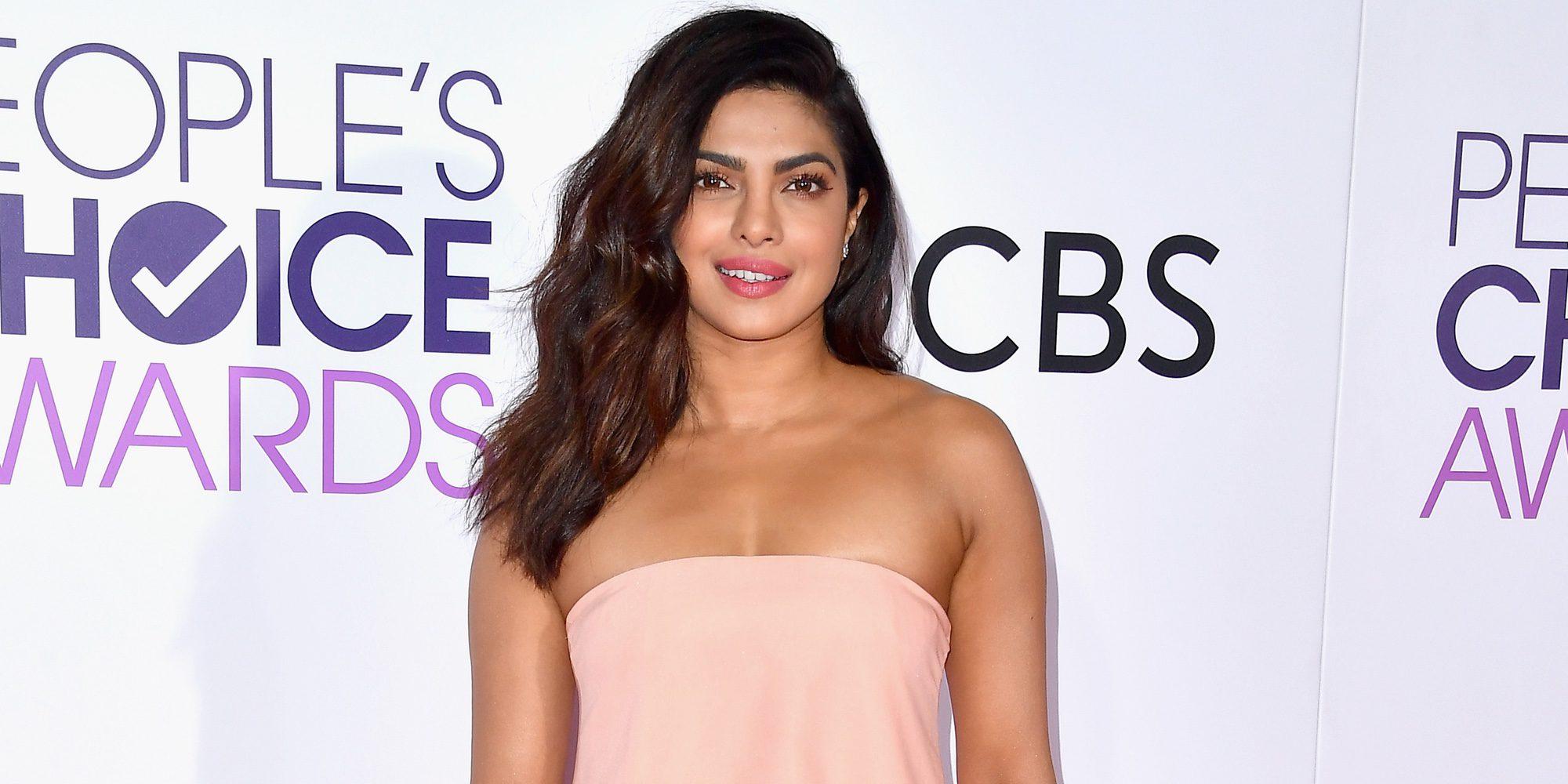 Priyanka Chopra reaparece en los People's Choice Awards 2017 tras su aparatoso accidente en 'Quantico'
