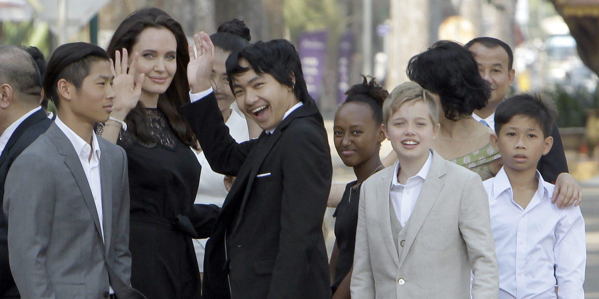 Angelina Jolie y sus hijos comen tarántulas y demás insectos en su visita a Camboya