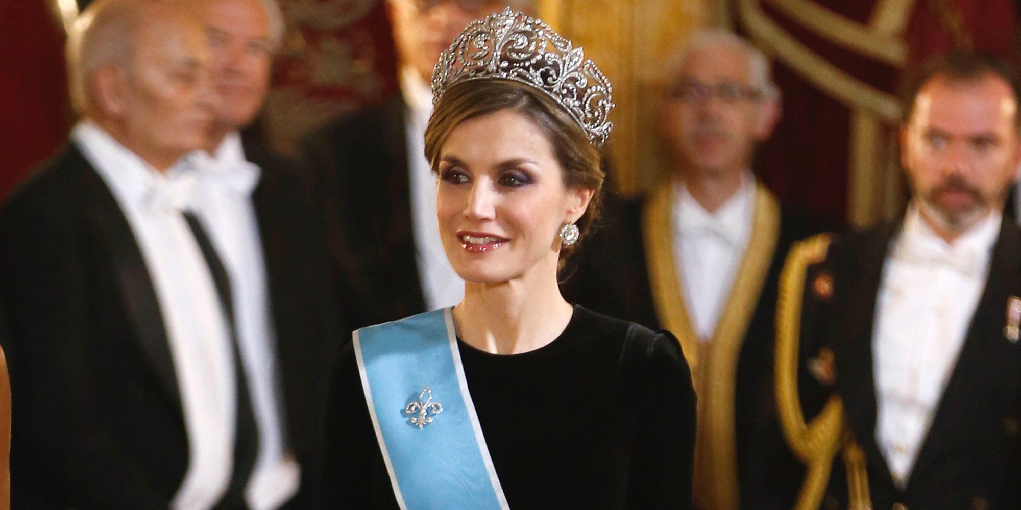 La Reina Letizia saca del joyero real la tiara de la Reina Victoria Eugenia para la cena de gala al presidente Macri
