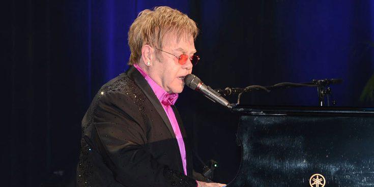 Elton John en algunas de sus 7 canciones más emblemáticas