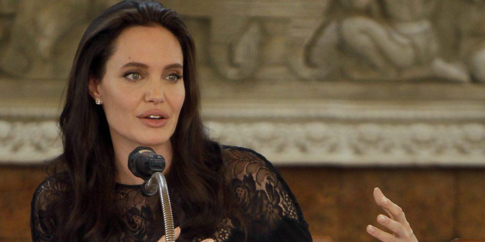 Angelina Jolie provoca un escándalo al visitar al Arzobispo de Canterbury sin sujetador