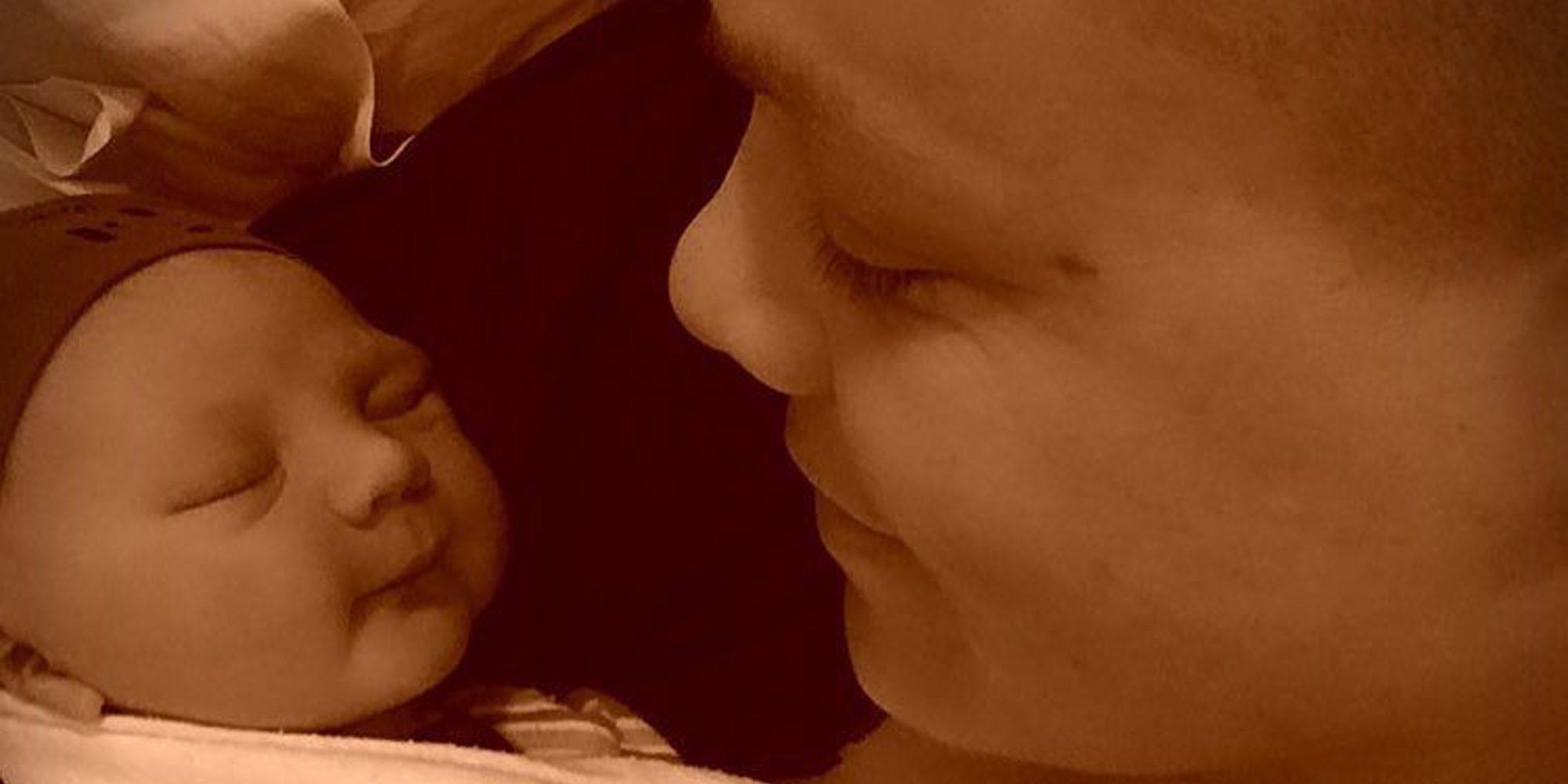 Pink publica una bonita imagen dándole el pecho en público a su hijo mientras pasea