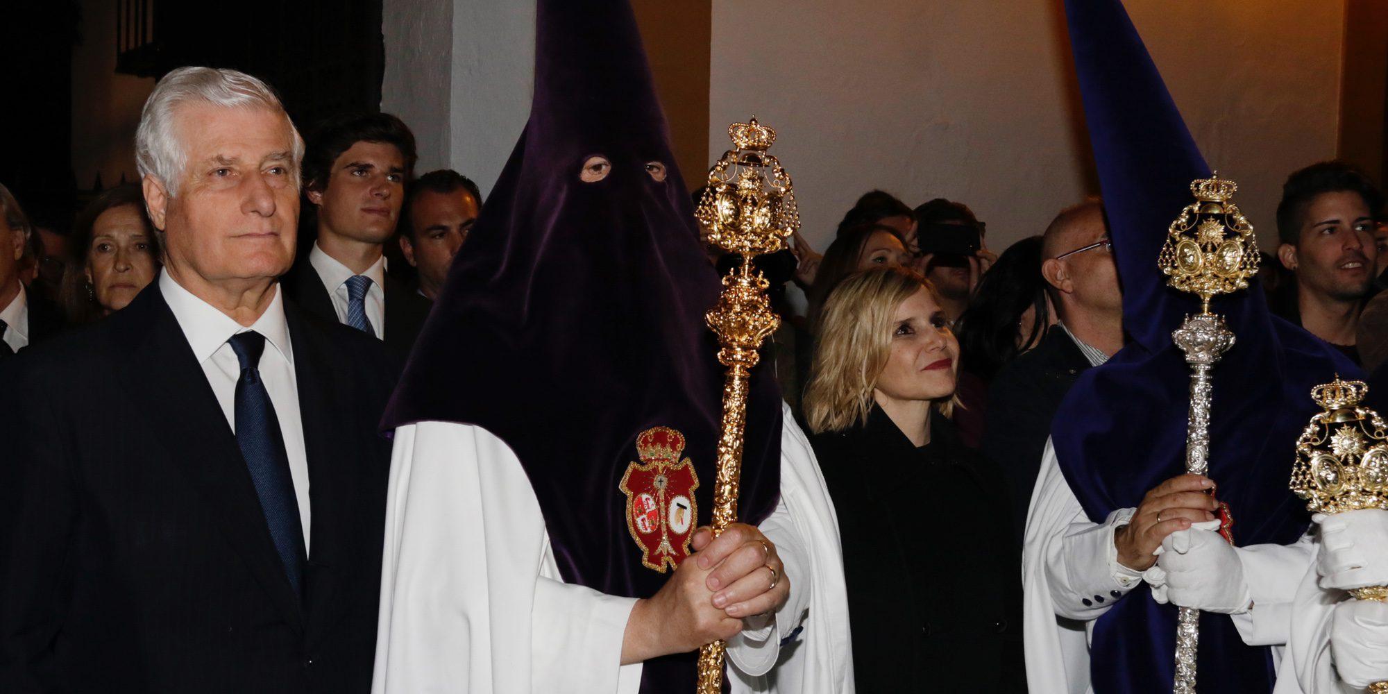 Eugenia Martínez de Irujo y Carlos Fitz-James Stuart abren el Palacio de Dueñas por la avalancha en la Madrugá