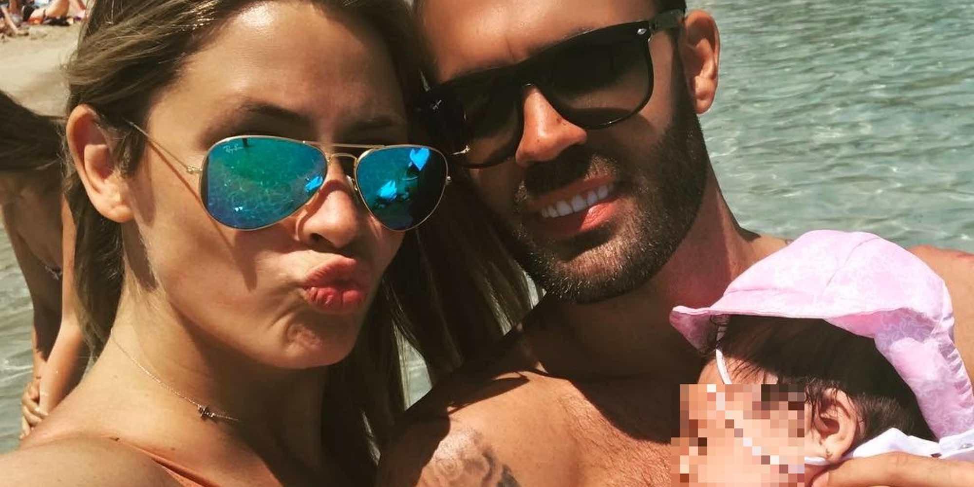 El primer chapuzón de Noelia López con su hijo Arnaldo en la piscina: ¡como pez en el agua!