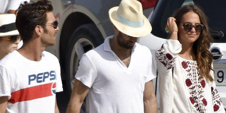 Jon Kortajarena se convierte en el anfitrión perfecto de Alicia Vikander en las playas de Ibiza