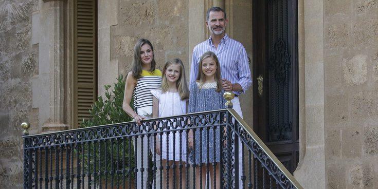 Los Reyes Felipe y Letizia protagonizan el esperado posado en Marivent junto a sus hijas Leonor y Sofía