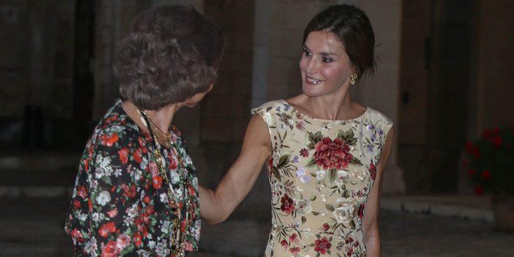 La Reina Letizia y la Reina Sofía, muy cómplices y amigas en la recepción a las personalidades de Baleares