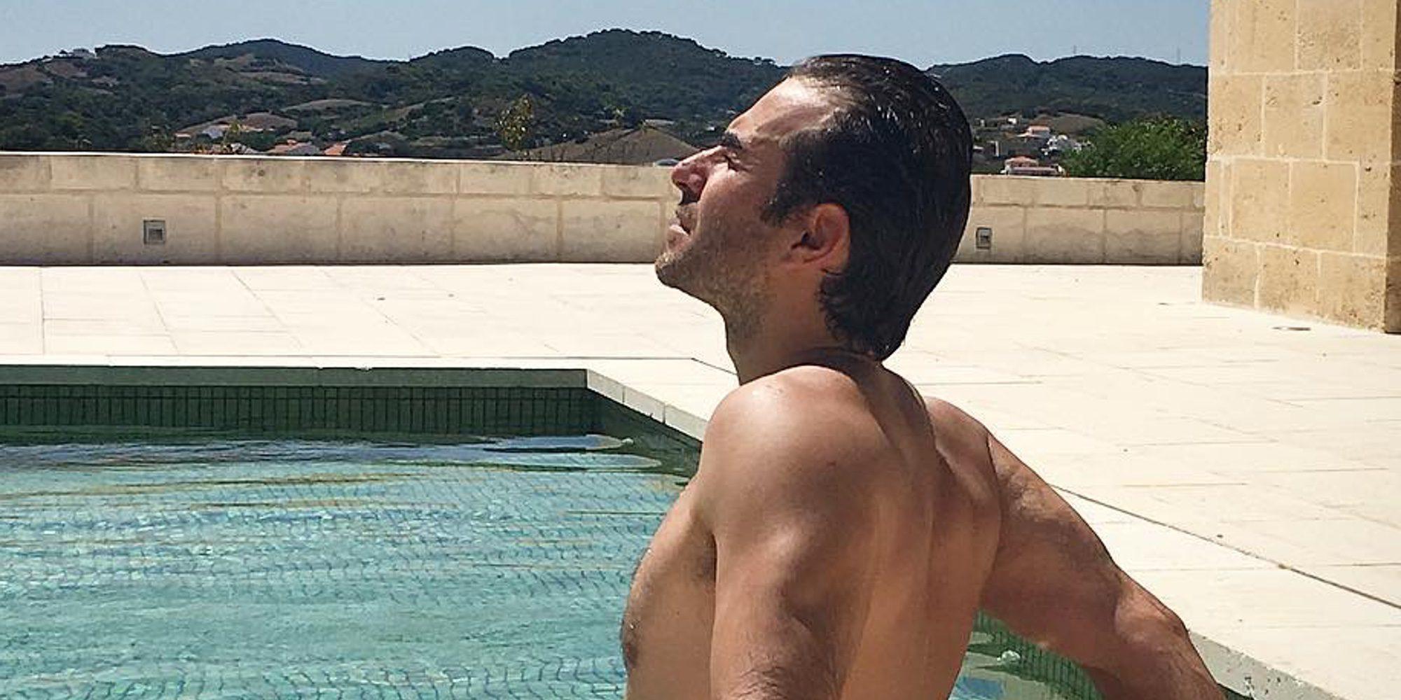 Daniel Muriel se desnuda durante un chapuzón veraniego