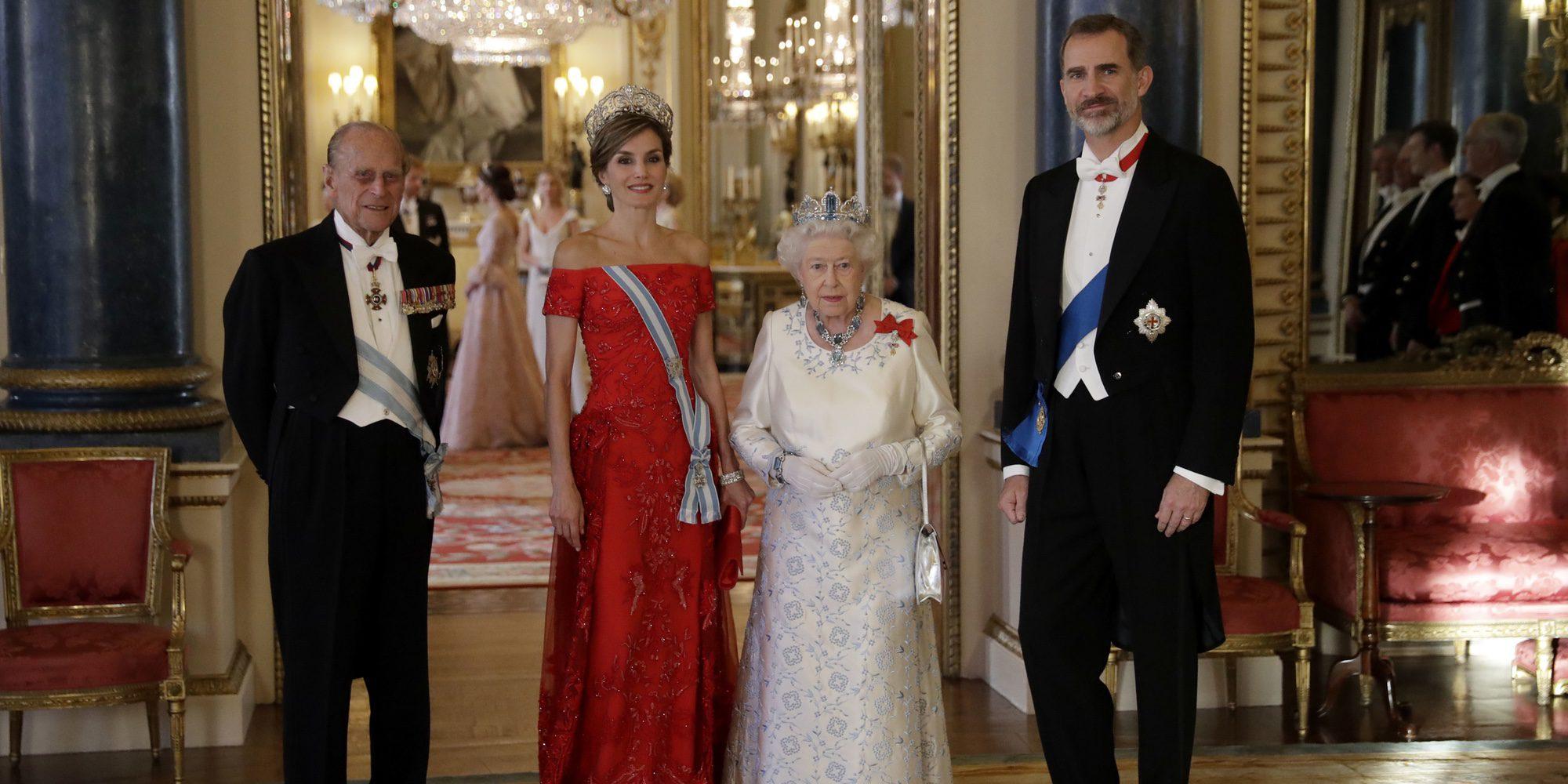 Consejos para saber comportarse en un almuerzo con la Familia Real y secretos de las recepciones de Isabel II