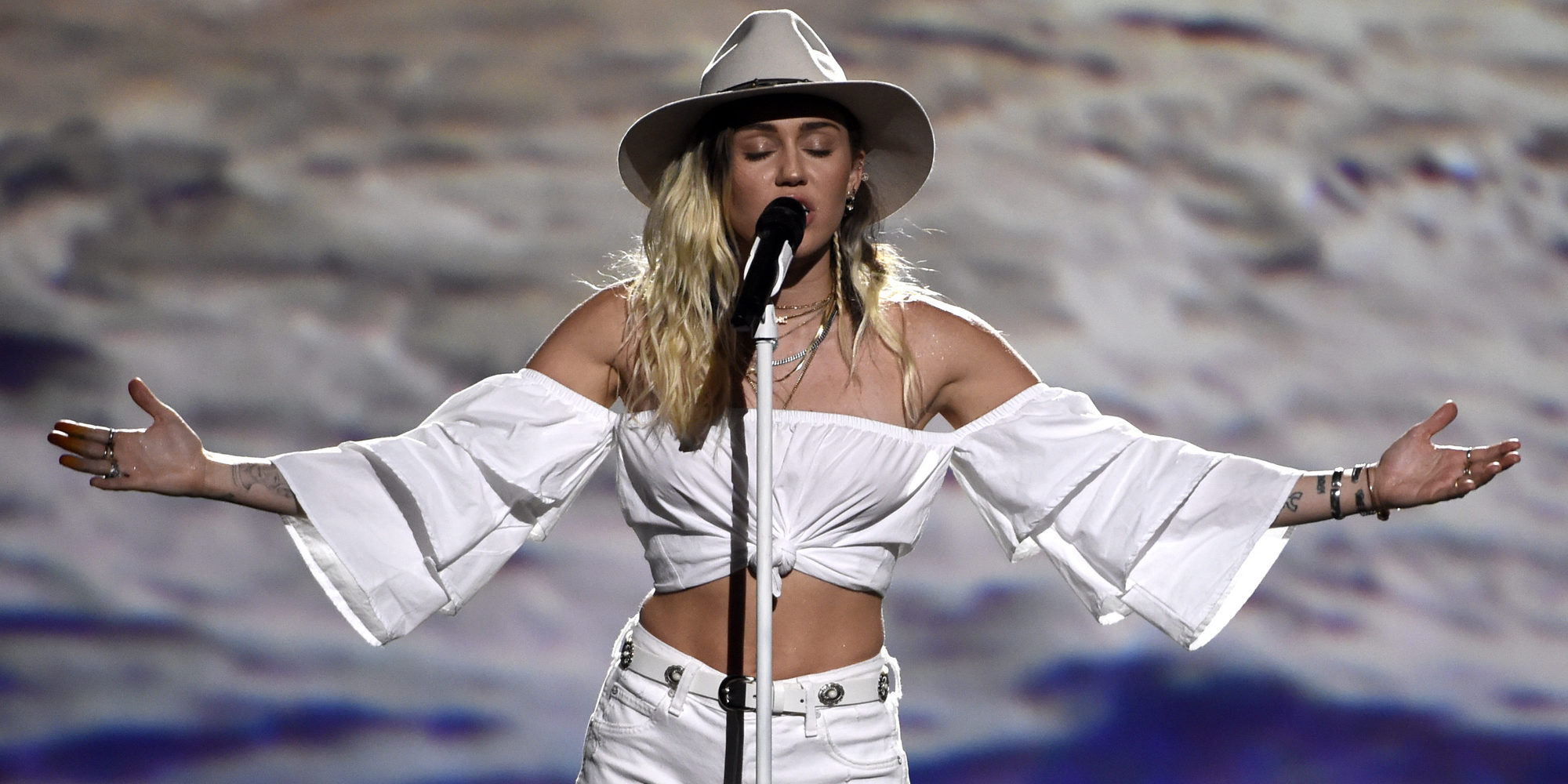 Miley Cyrus se desnuda de nuevo, disfrazada de hada y junto a un inodoro