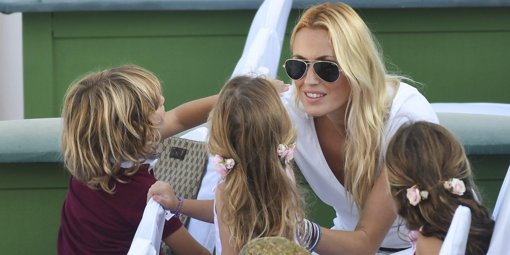Carolina Cerezuela se lleva a sus tres hijos al tenis para que animen a su papá Carlos Moyá