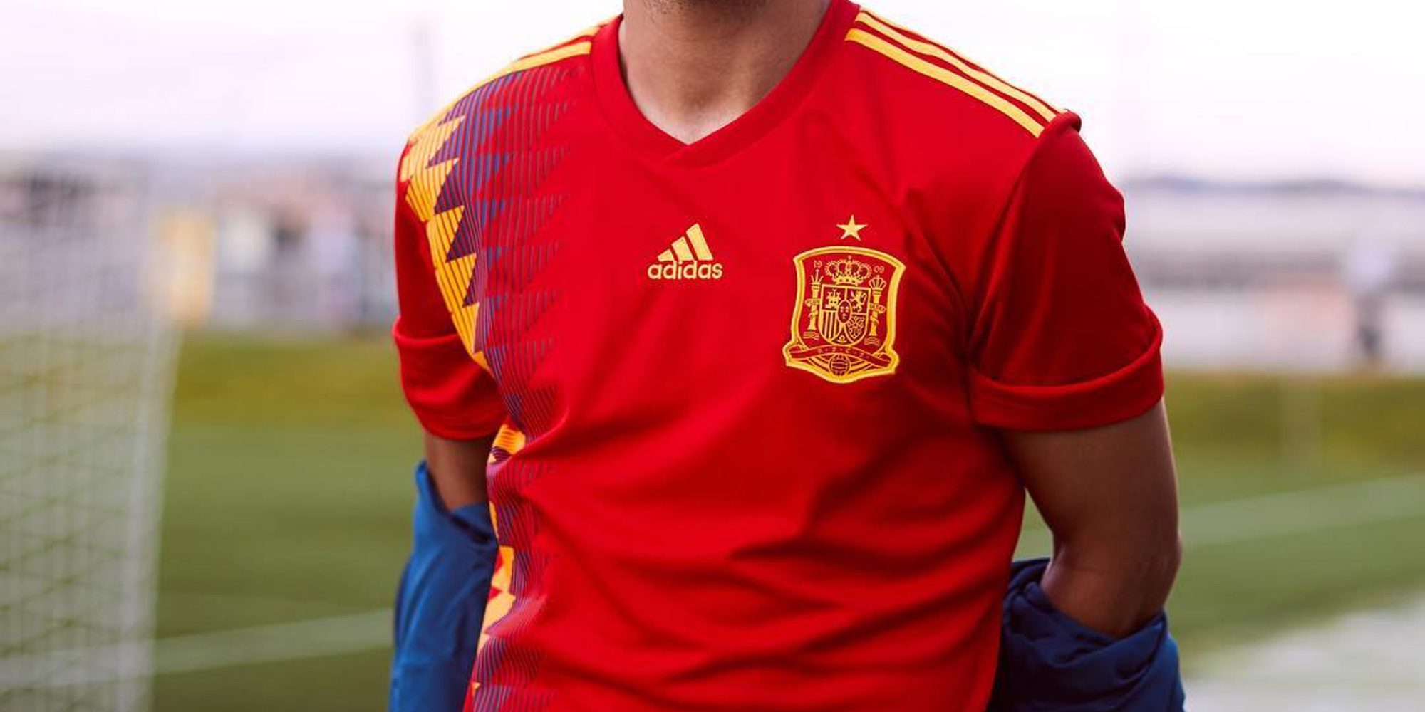La nueva camiseta de la Selección Española crea polémica por sus colores  parecidos a la bandera 8e704282f78d2