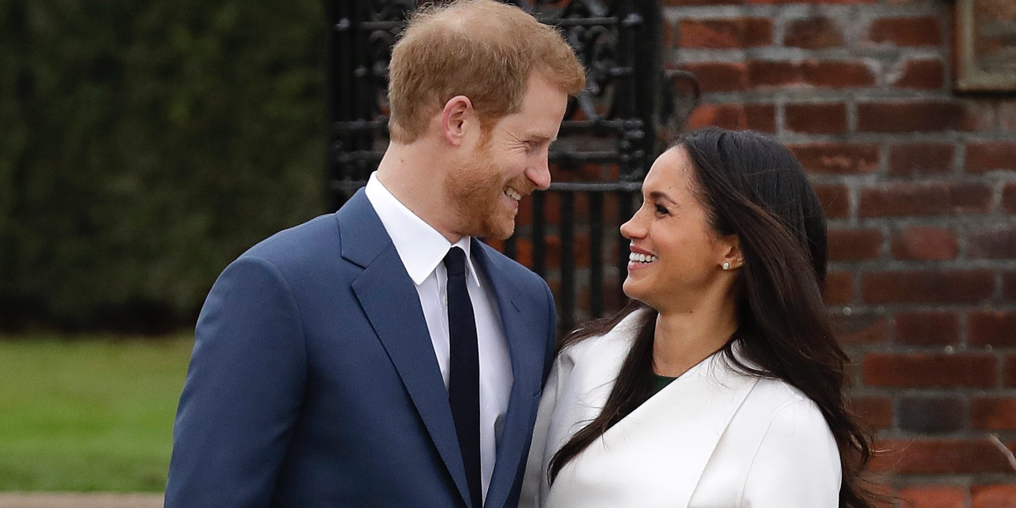 El Príncipe Harry y Meghan Markle hacen oficial su compromiso en los jardines del Kensington Palace