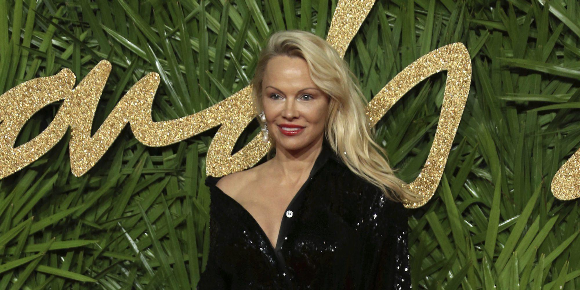Pamela Anderson aparece en los British Fashion Awards con un aspecto irreconocible