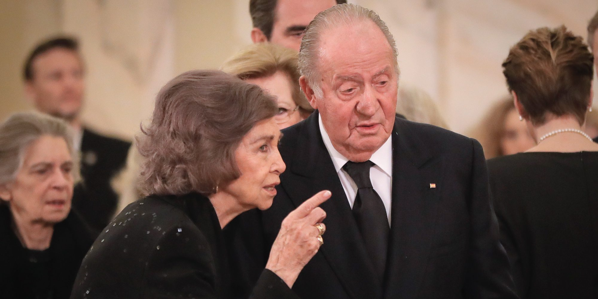 Una desolada Reina Sofía recibe el apoyo del Rey Juan Carlos en el funeral de Miguel de Rumanía