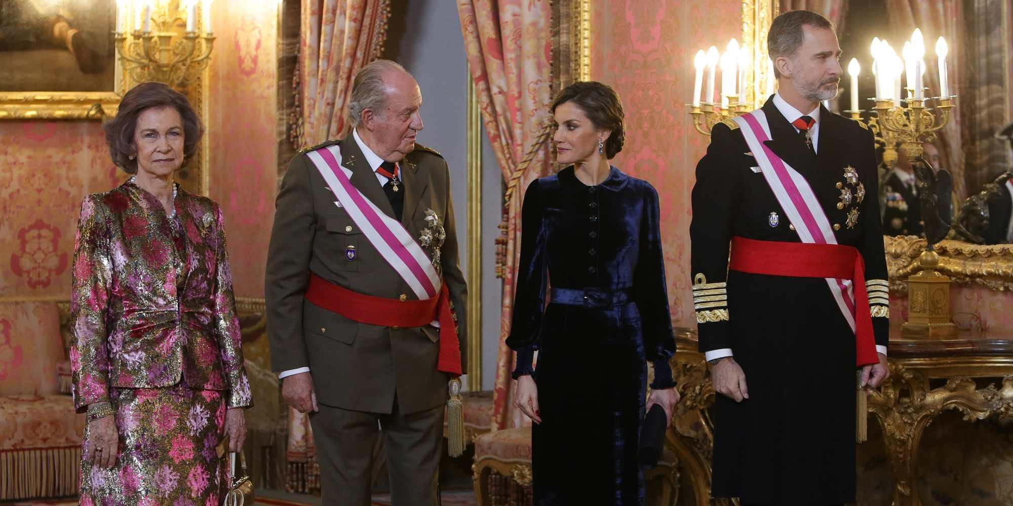 """El Rey Felipe agradece al Rey Juan Carlos """"tantos años de servicio leal a España"""" en la Pascua Militar 2018"""