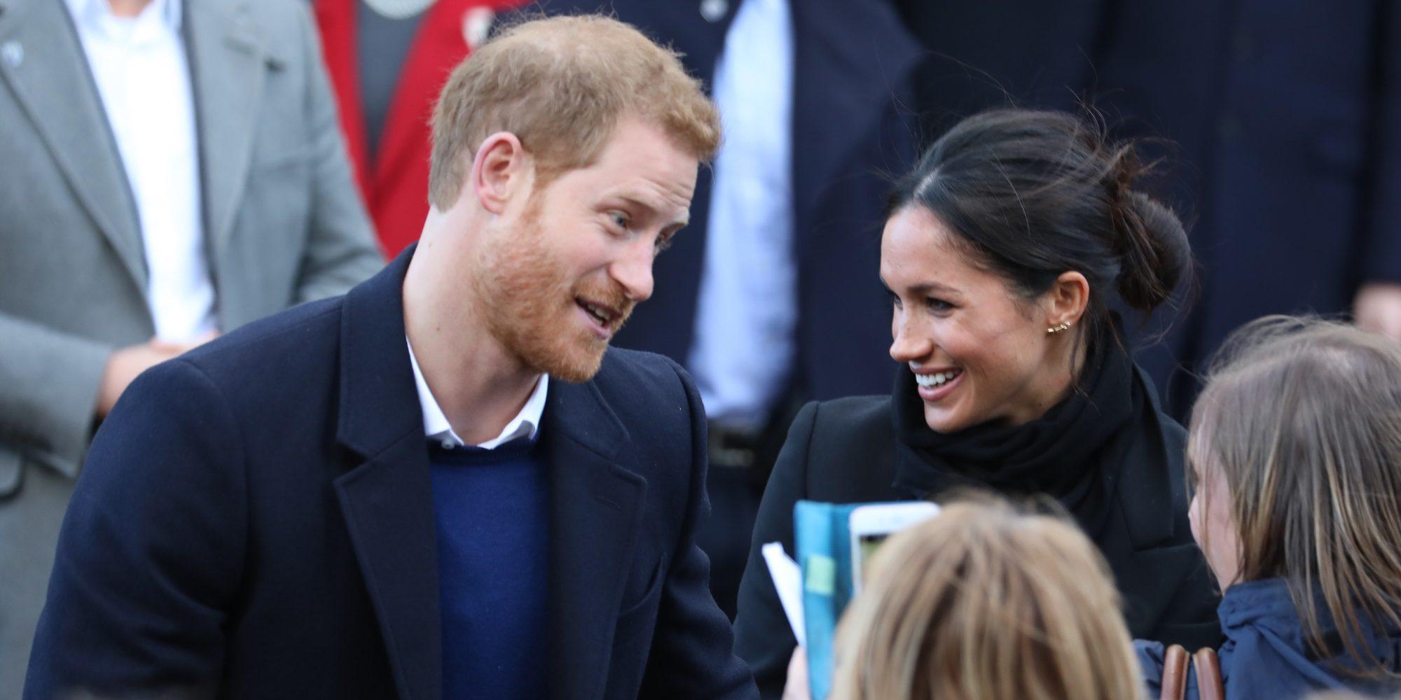 El Príncipe Harry y Meghan Markle se dan un baño de masas en su primer acto juntos en Gales