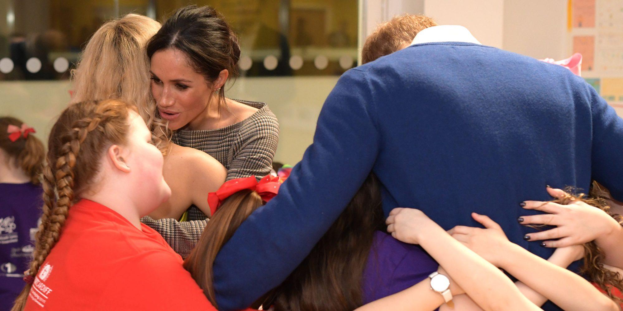 Abrazos, risas, el feminismo del Príncipe Harry y la ruptura del protocolo de Meghan Markle: así fue su paso por Gales