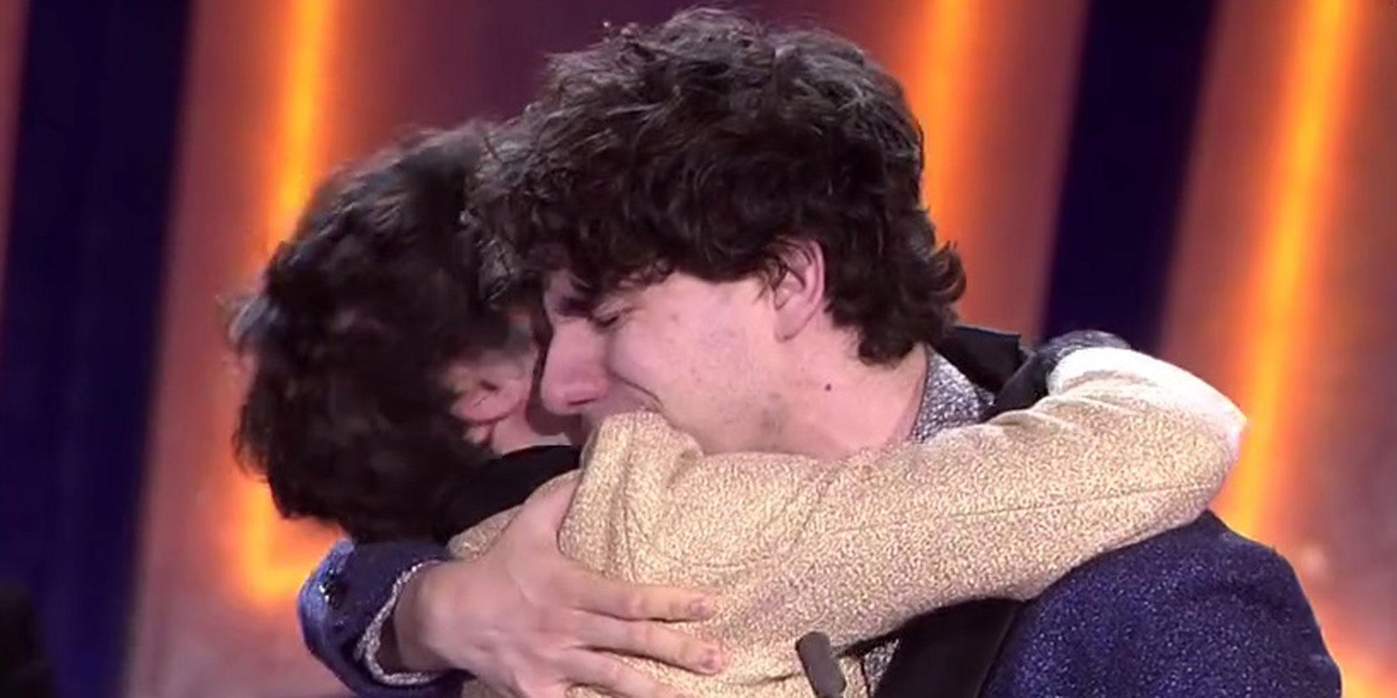 """Javier Calvo, entre lágrimas, pide a los gays que no tengan miedo en los Premios Feroz 2018: """"Os van a querer"""""""