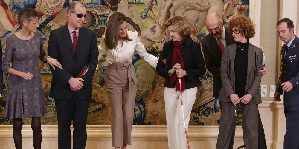 La Reina Letizia, atenta y cariñosa con personas sordociegas mientras el Rey Felipe defiende la Constitución en Davos