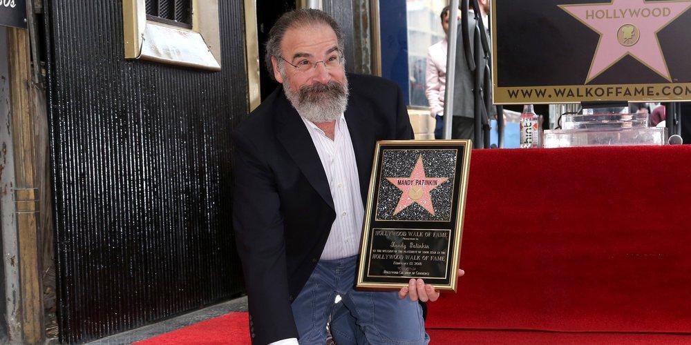Mandy Patinkin se acuerda de los refugiados al recibir una estrella en el Paseo de la Fama de Hollywood
