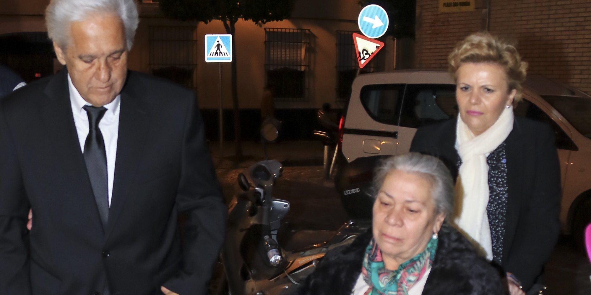 Carmen Gahona, desolada en la misa en recuerdo a Manuela Pantoja en plena guerra familiar