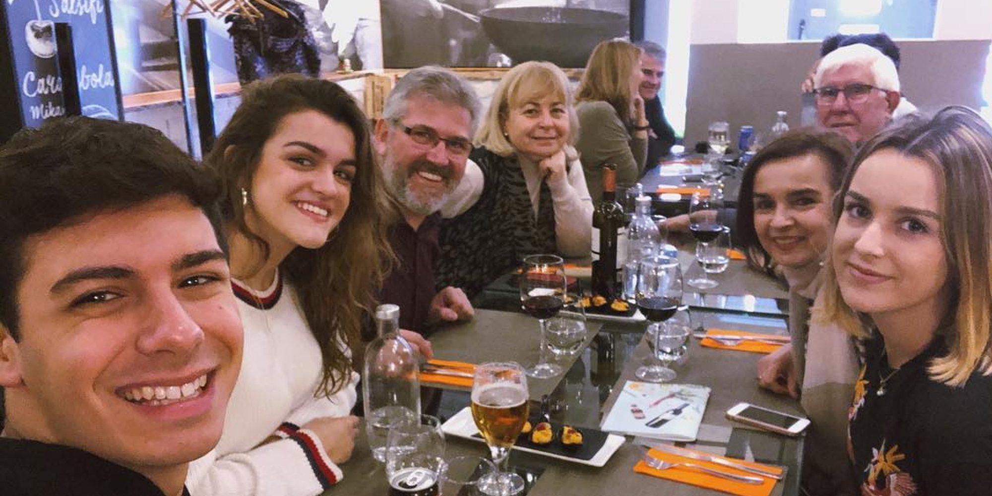 Alfred y Amaia se van de comida familiar para celebrar el éxito del inicio de la gira de 'OT 2017'