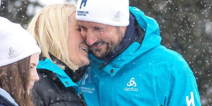 Haakon y Mette-Marit de Noruega, como dos tortolitos en el salto de esquí de Holmenkollen