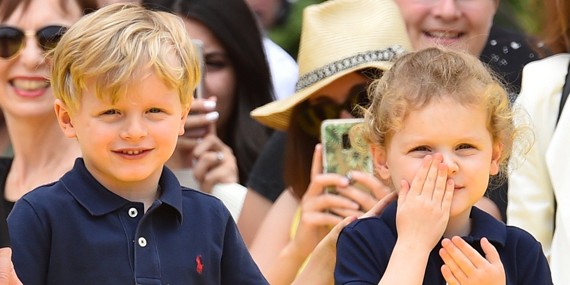 Jacques y Gabriella de Mónaco, dos pequeños príncipes emocionados al conocer a Bob Esponja