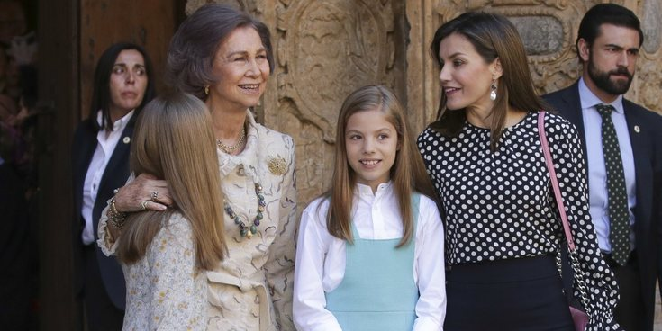 El otro desplante: La Reina Letizia limpia la frente de la Princesa Leonor tras el beso de la Reina Sofía