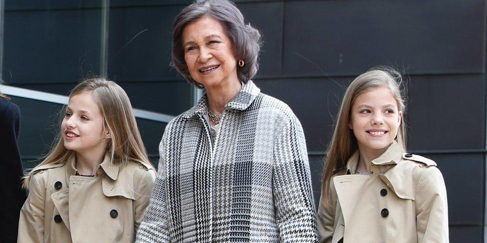 La Princesa Leonor y la Infanta Sofía, de la mano de su abuela la Reina Sofía en su visita al Rey Juan Carlos