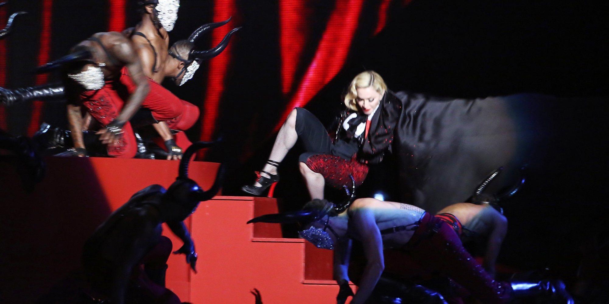 Caídas de cantantes: el día que las estrellas acabaron por los suelos en pleno concierto